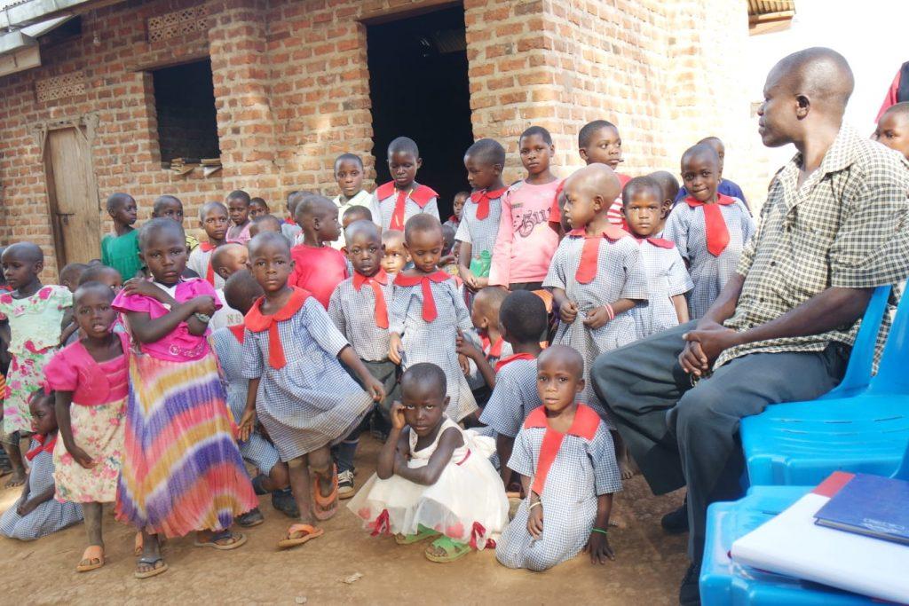 Eine Schüler der Kabayoga Grundschule mit ihrem Lehrer